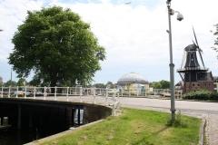 Haarlem-Zandersbrug-met-in-de-verte-de-Koepelgevangenis-en-Molen-De-Adriaan