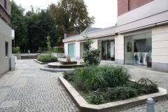 Sint-Truiden-045-Binnenplaats-met-fontein