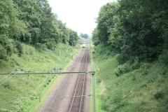 Ransdaal-Termaar-103-Het-spoor-vanaf-een-brug-met-passerende-trein