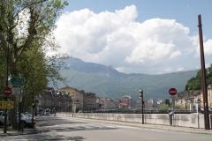 Grenoble-009-Vergezicht-met-bergen-en-weg-langs-LIsère