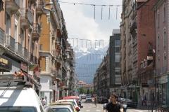 Grenoble-060-Straatbeeld-met-bergen-op-de-achtergrond