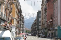 Grenoble-061-Straatbeeld-met-bergen-op-de-achtergrond
