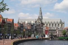 Haarlem-1119-Straatgezicht-langs-Het-Spaarne-met-zicht-op-St-Bavokerk