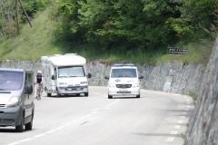 Alpe-dHuez-060-Trainende-fietsers-en-ziekenauto