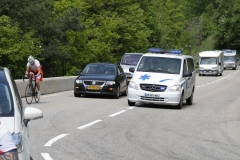 Alpe-dHuez-064-Trainende-fietsers-en-ziekenauto