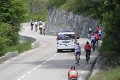 Alpe-dHuez-066-Trainende-fietsers-en-ziekenauto