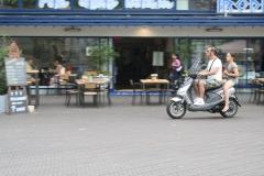 Den-Haag-146-Op-de-scooter