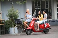 Den-Haag-152-Op-de-fiets-bellen-en-op-de-scooter