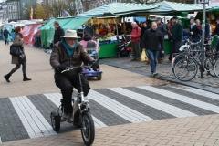 Groningen-211-Man-met-driewielermotortje-op-Vismarkt