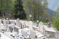 Alpe-dHuez-086-Trainende-fietsers-bij-kerkhof