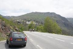 Alpe-dHuez-091-Trainende-fietsers-en-Tims-auto