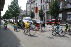 Brussel-2014-0811-Schaarbeek-Fietsende-kinderen-steken-Masuistraat-over