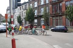 Brussel-2014-0812-Schaarbeek-Fietsende-kinderen-steken-Masuistraat-over