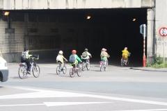 Brussel-2014-0818-Schaarbeek-Fietsende-kinderen-gaan-de-tunnel-in
