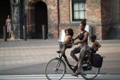 Den-Haag-095-Moeder-met-zoontjes-op-de-fiets
