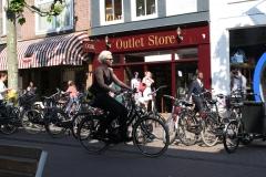 Haarlem-239-Fietsend-langs-parkeerplaats-voor-fietsen