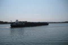 Eben-Emael-111-Binnenschip-met-containers-op-Albertkanaal