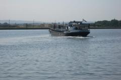 Eben-Emael-115-Binnenschip-met-containers-op-Albertkanaal-draait