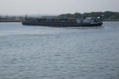 Eben-Emael-116-Binnenschip-met-containers-op-Albertkanaal-draait