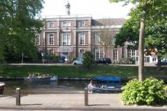 Haarlem-0858-Bootje-in-gracht-bij-Egelantiergebouw