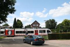 Ransdaal-268-Spoorwegovergang-met-passerende-trein