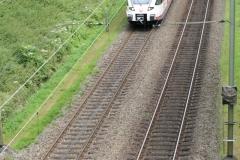 Ransdaal-Termaar-112-Het-spoor-vanaf-een-brug-met-passerende-trein