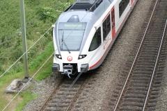 Ransdaal-Termaar-113-Het-spoor-vanaf-een-brug-met-passerende-trein
