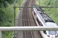 Ransdaal-Termaar-116-Het-spoor-vanaf-een-brug-met-passerende-trein