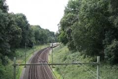 Ransdaal-Termaar-126-Het-spoor-vanaf-een-brug-met-passerende-trein