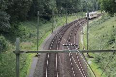 Ransdaal-Termaar-127-Het-spoor-vanaf-een-brug-met-passerende-trein