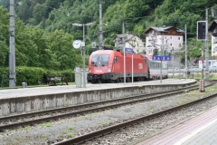 Zell-am-See-090-Trein-loopt-station-binnen