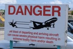 St.-Maarten-0730-Waarschuwingsbord-bij-vliegveld