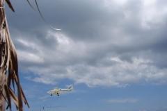 St.-Maarten-0734-Landend-Vliegtuig-van-onder-een-parasol