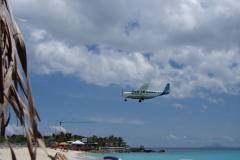 St.-Maarten-0736-Landend-Vliegtuig-van-onder-een-parasol
