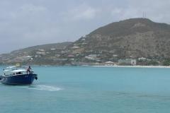 St.-Maarten-1284-Watertaxi-met-Heuvel-met-appartement-van-Nicole-en-Erik