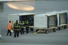 St.-Maarten-1348-Vliegveld-Inladen-bagage