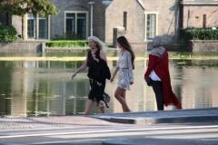 Den-Haag-056-Wandelaars-bij-de-Hofvijver